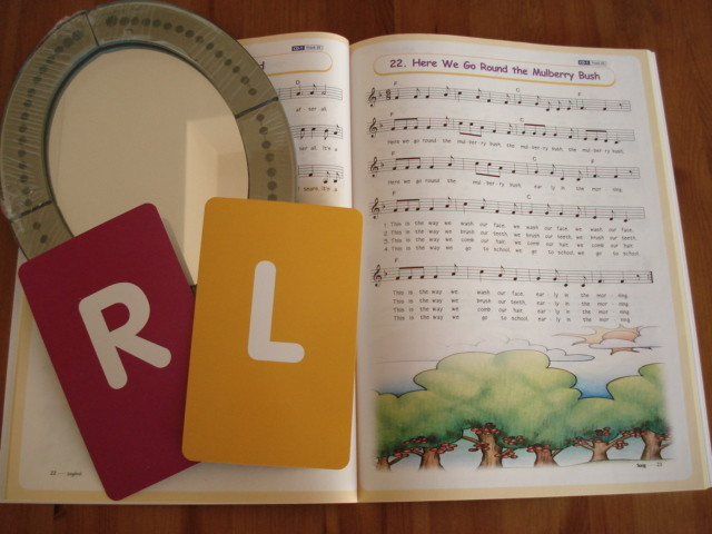 小学低学年生に人気の歌と発音のレッスン♪ R,Lの口の形はどうするんだったかな?