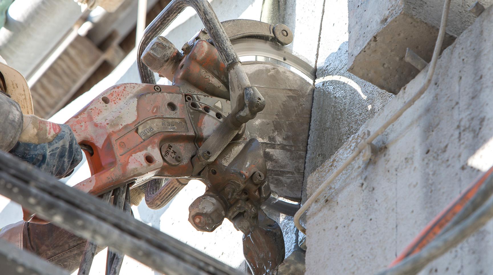 Teilrückbau Rohrbrücke: Ein Betonbauteil wird geschnitten