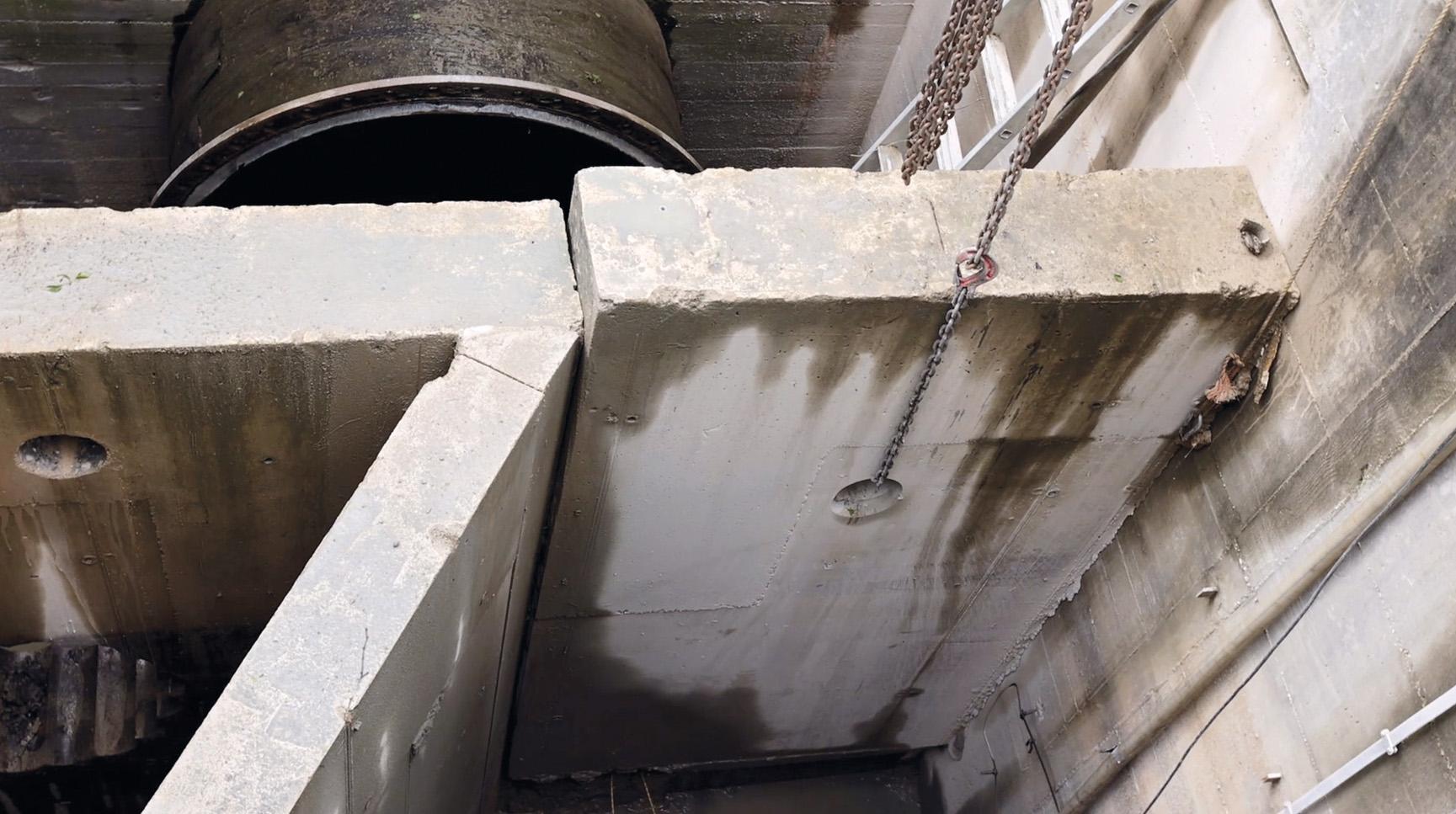 Ausheben eines geschnittenen Betonblocks