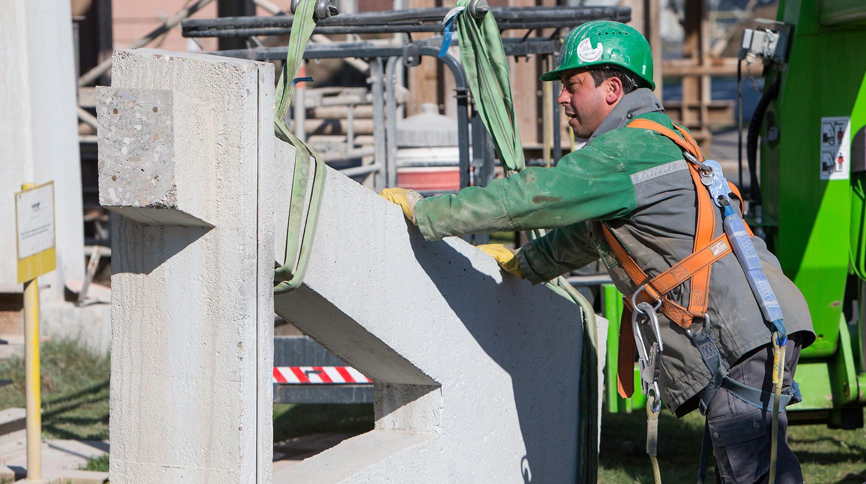 Teilrückbau Rohrbrücke: Ein geschnittenes Bauteil wird gesichert und verladen