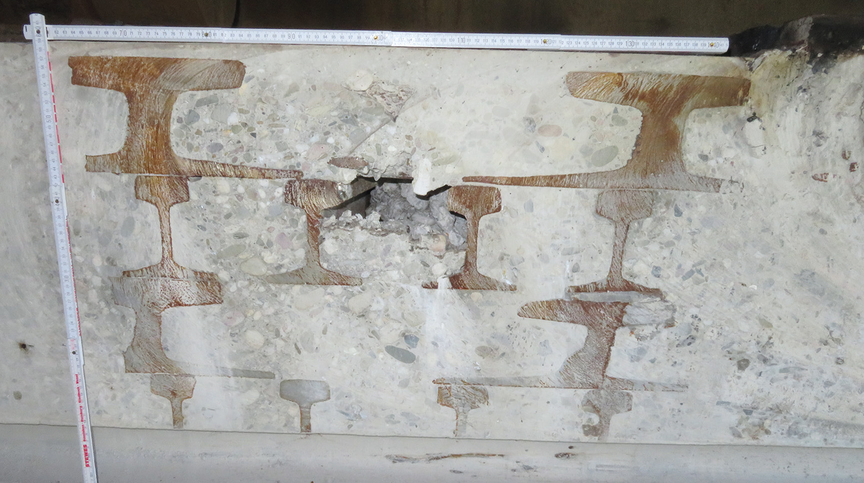 Geschnittener Betonblock mit Bewehrung