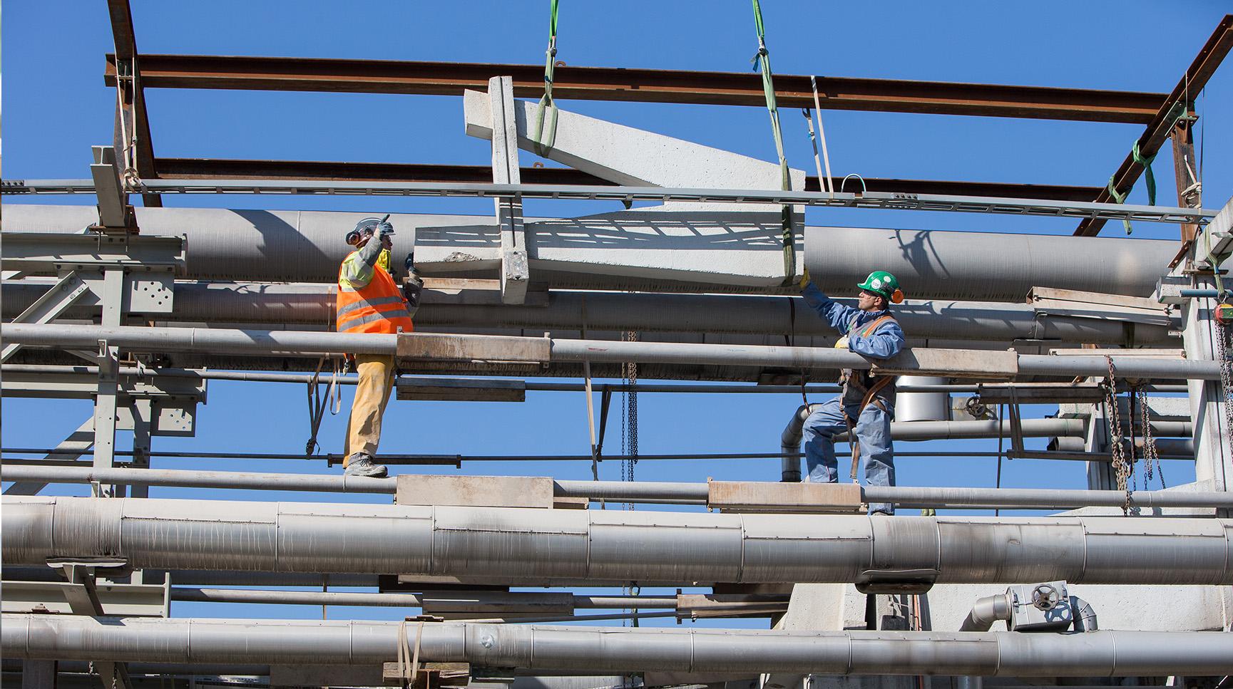 Teilrückbau Rohrbrücke: Ein geschnittenes Bauteil wird angehoben
