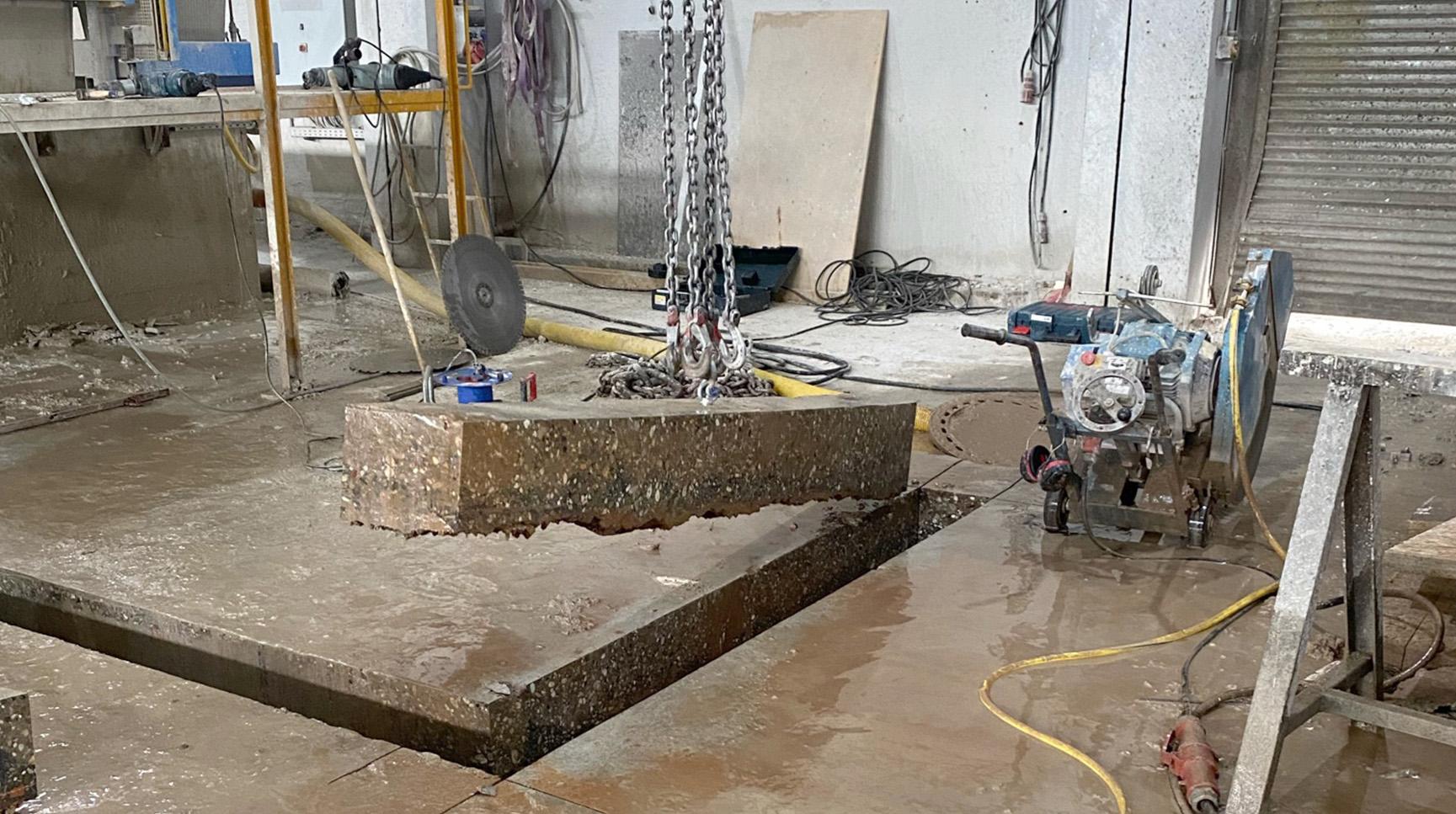 Ausheben einer geschnittenen Bodenplatte