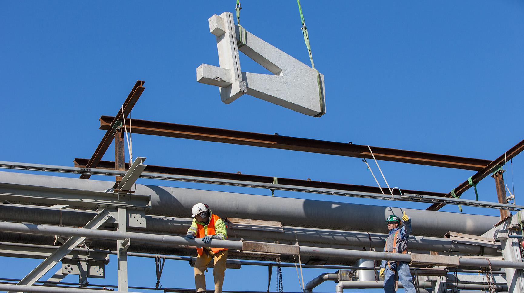 Teilrückbau Rohrbrücke: Ein geschnittenes Bauteil wird ausgeschwenkt