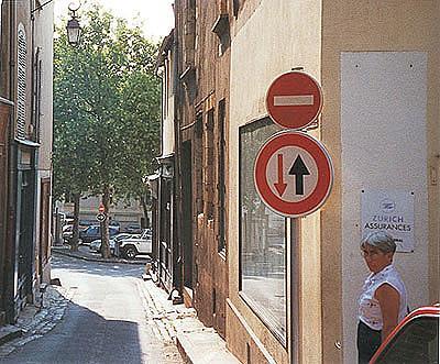 schweiz: einfahrt verboten - wer das verbot bricht, wird mit vorfahrt belohnt