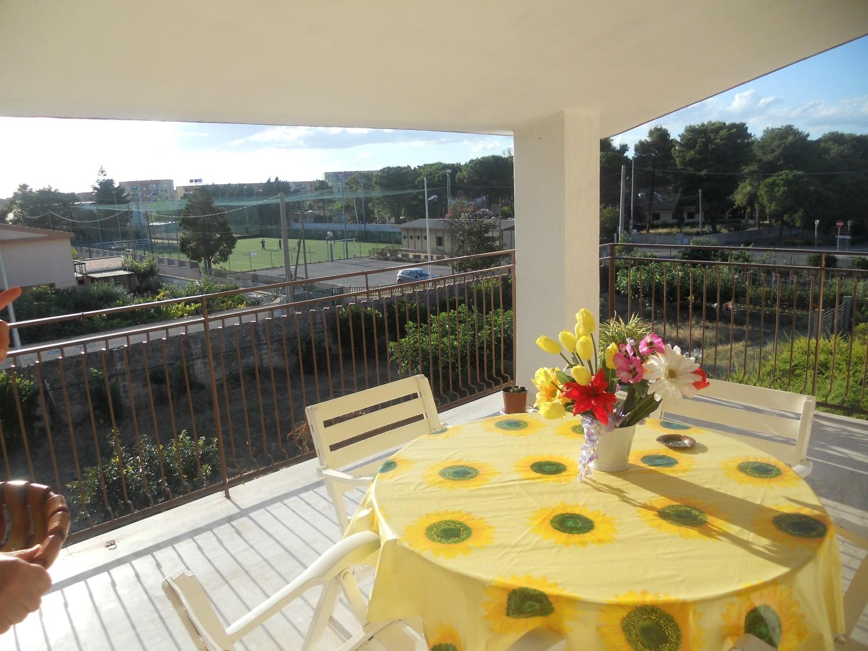 Terras van het appartement met panoramisch uitzicht.