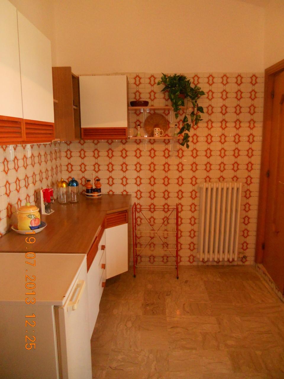 Angolo sinistro della cucina.