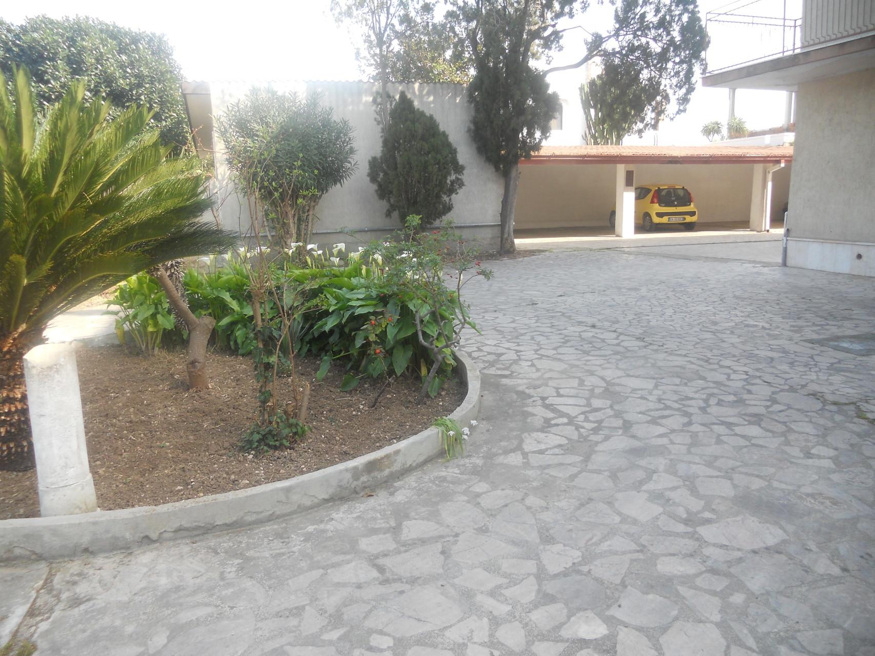 Vista del garage e di parte del parcheggio esterno.