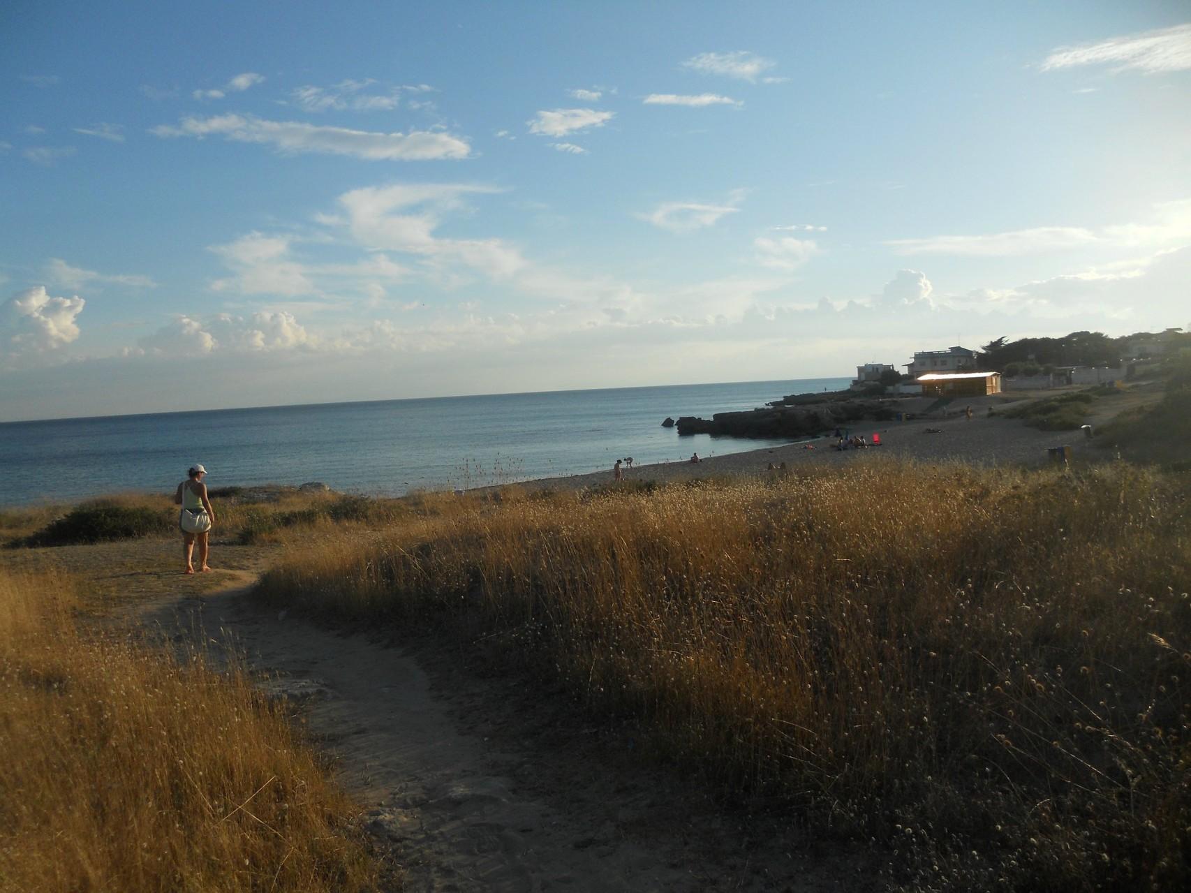 Stradina per raggiungere la spiaggia ad 1 km dall'appartamento.