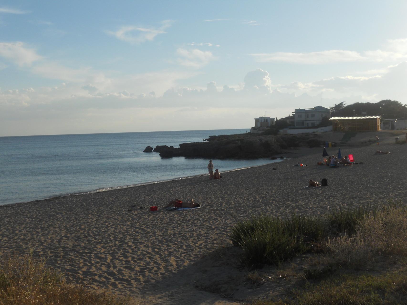 Strand op 1 km afstand van het appartement h 19.