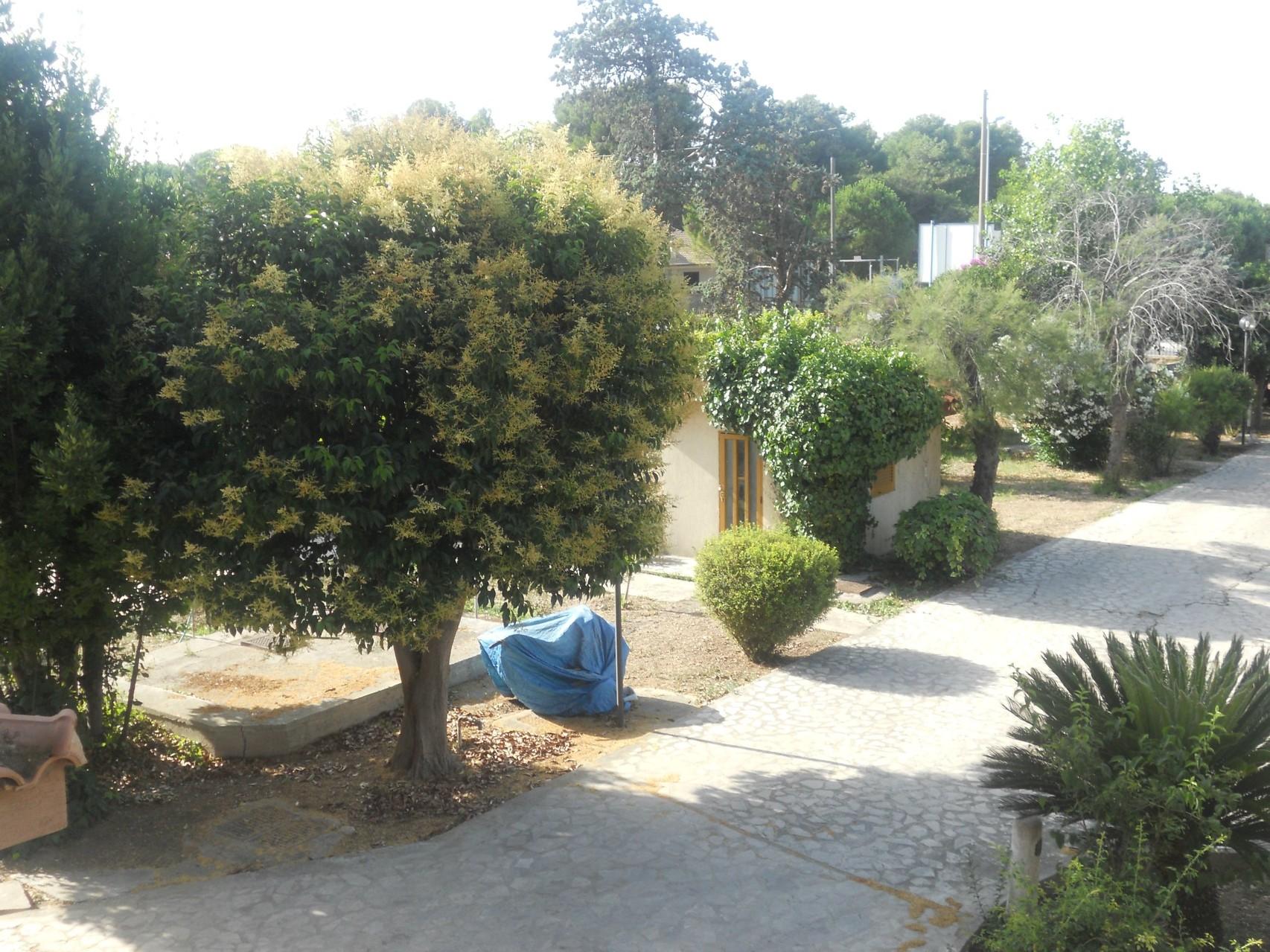 Gezicht op de ingang van de villa van bovenaf gezien.