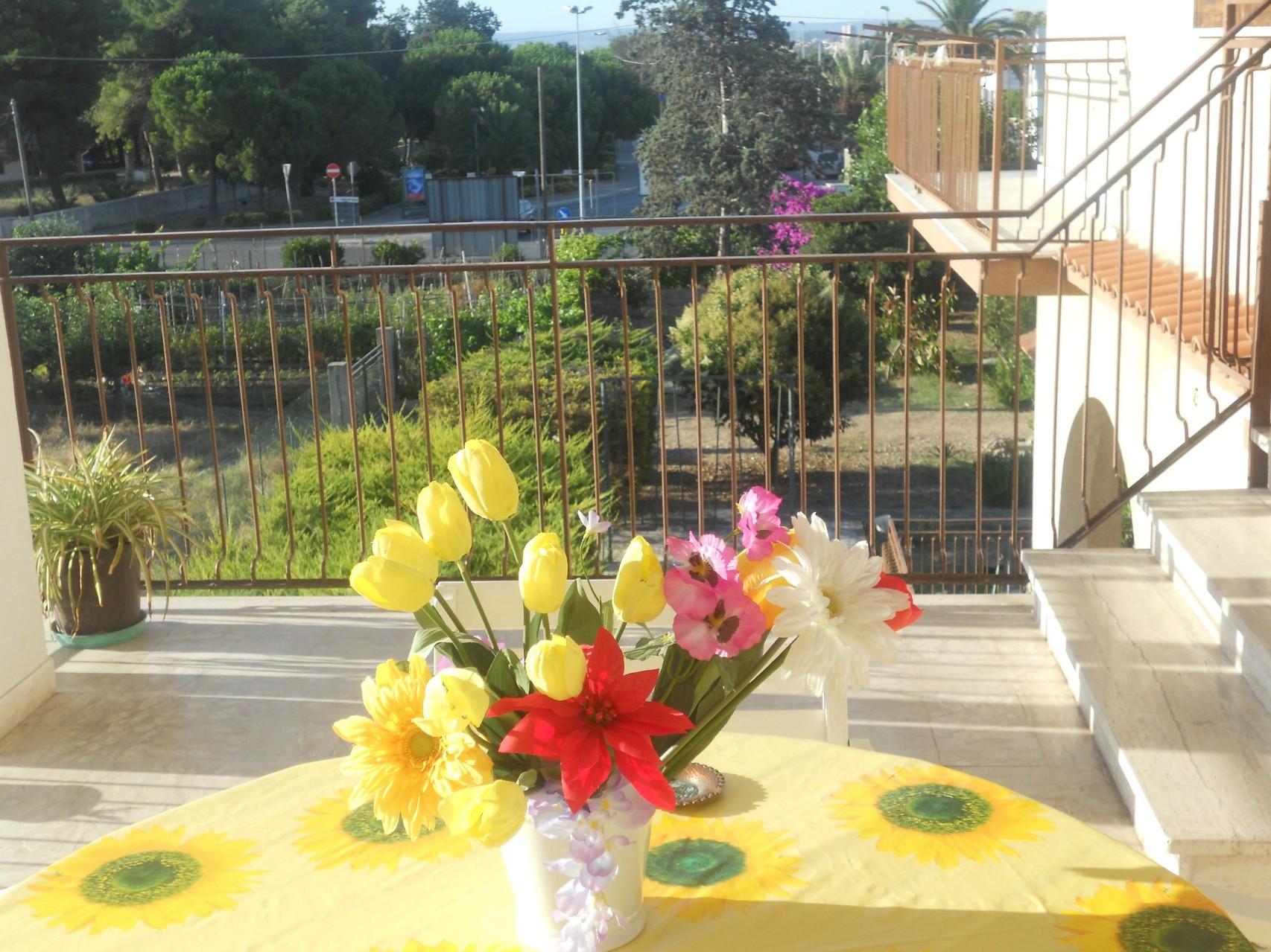 Terras van het appartement met zicht op de tuin.