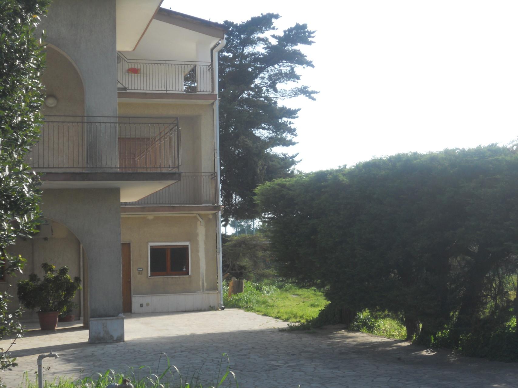 Buitenkant van de zijde van de villa waar het appartement is.