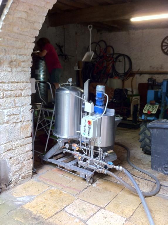 Deux jours avant la mise, le vin passait par cette machine pour une légère filtration
