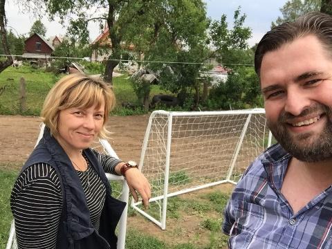 Leiterin Nijole und Honorarkonsul Wittstock beim Aufbau der Spielgeräte im Garten