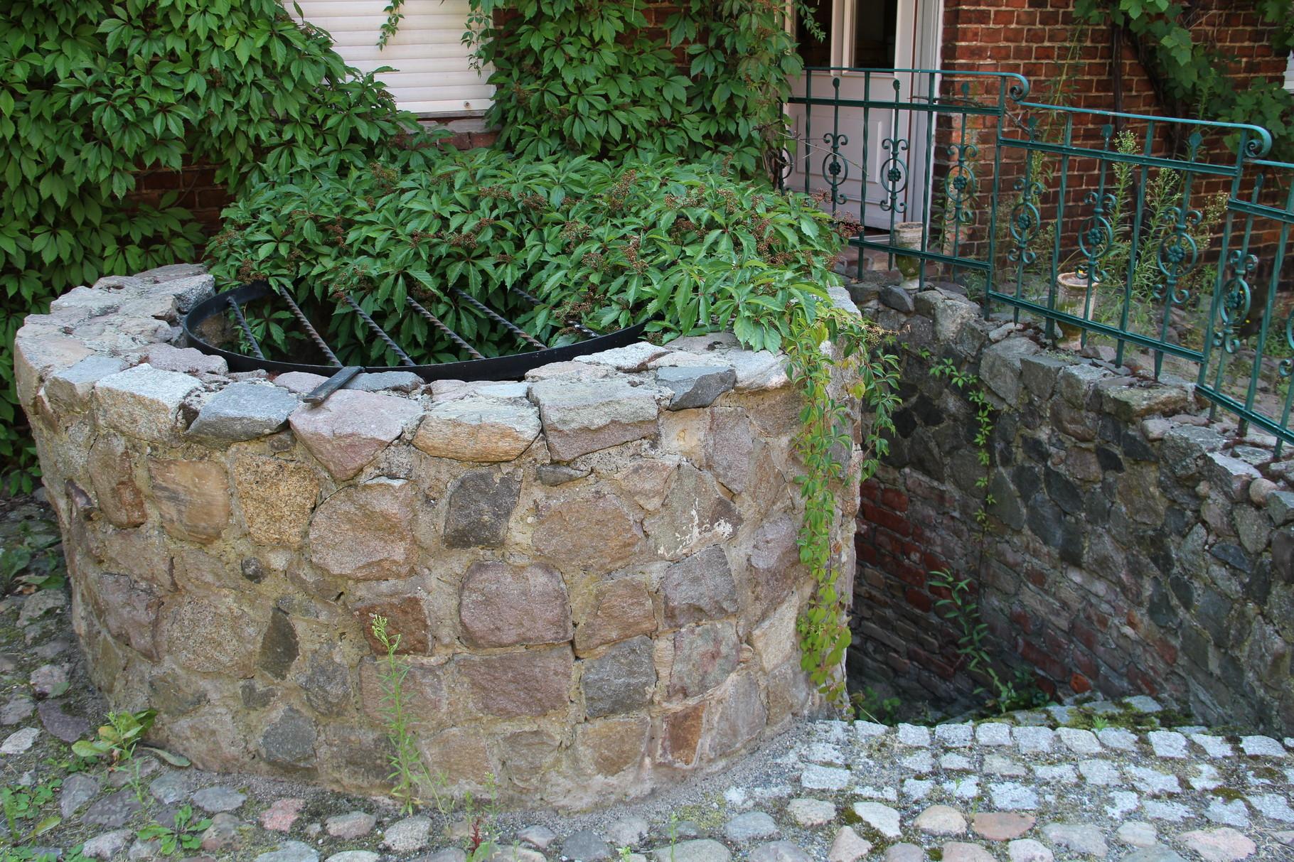 """Der """"Wunschbrunnen"""" im Hof"""