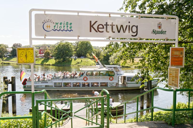 """""""Weiße Flotte in Kettwig (7-32805)"""" - RuhrtalRadweg - Copyright by Franz Walter"""