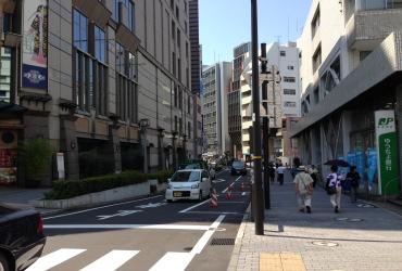 横浜中央郵便局と崎陽軒本店の間の道を直進