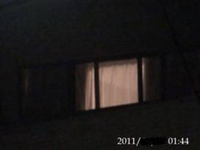 00:08 部屋の明かりが消えたり点いたりする様子が伺える。