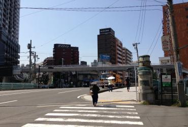 万里橋を渡った右手がオフィスのあるマンション「スカイメナー」
