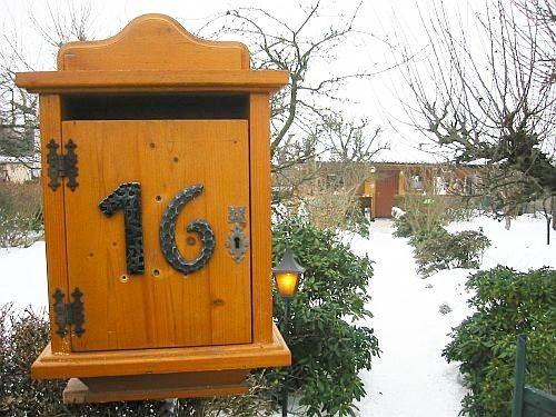 Ein alter Briefkasten Jahrgang 1900 schmückt nun  den Eingang