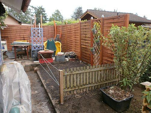 Der kleine Zaun grenzt nun den zukünftigen Rasenbereich vom Gemüse- und Obstgartenbereich ab