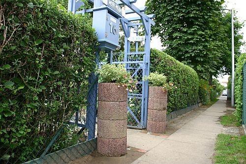 Vor der Tür stehen jetzt zwei Blumensäulen aus gestapelten Pflanzsteinen