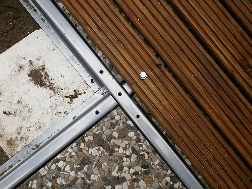 ... das man die schweren Beton-Befestigungsplatten des Ampelschirmes nicht mehr sehen kann.