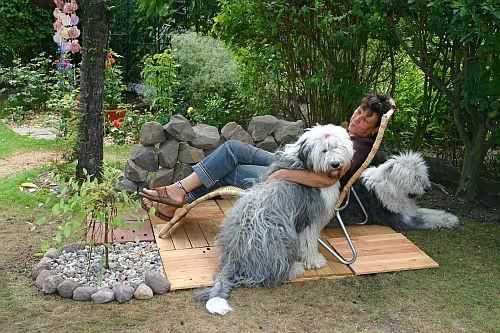 Ines mit SuSu und Paula beim relaxen im Garten
