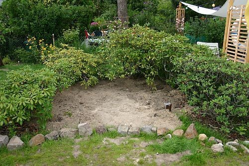 Gerne wurde der Bereich von den Hunden als Buddelplatz für Höhlen unter den Sträuchern benutzt