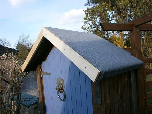 Die schwere Bitumenbahn wurde mit zahlreichen Dachpappennägeln befestigt