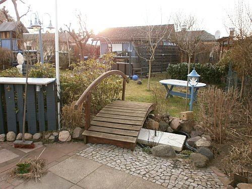 """Die Gartenbrücke an ihrem neuen Standort zwischen Nautic Lounge und """"Gartenfestland"""""""