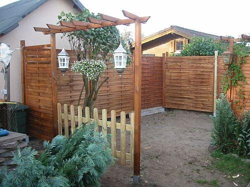 Eine kleine Pergola und ein kleiner Zaun grenzt nun den Bereich etwas ab