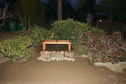 Zu Beginn der Gartenübernahme haben wir die Rhododenren halbkreisförmig zusammen gesetzt