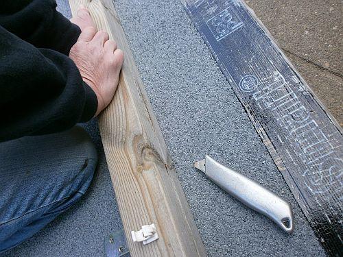 Eine extrem dicke Bitumenbahn wurde auf Maß zugeschnitten