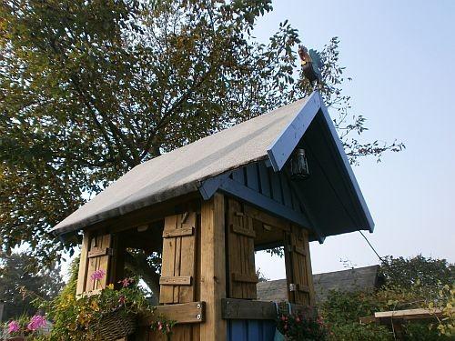 """""""HENRI"""" der französiche Hahn hat auch seinen Platz auf dem Dach gefunden"""