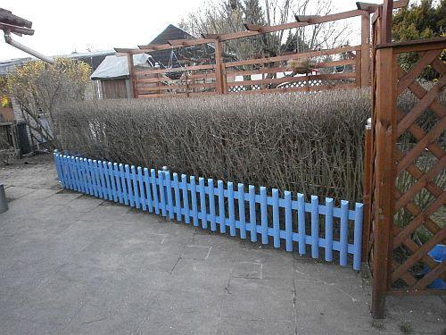 Aus den drei alten Zaunfeldern ist nun in kürzester Zeit ein schöner kleiner Terrassenzaun geworden