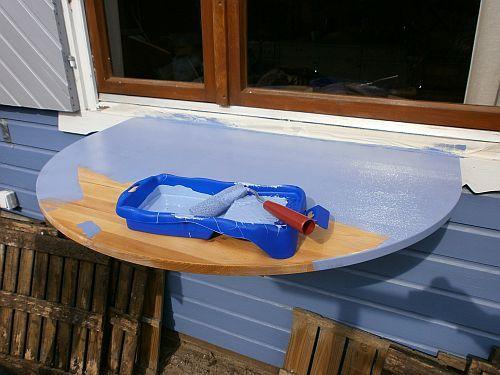 Der Tisch bekam die Hausfarbe Taubenblau damit er sich dem Haus farblich gut anpasst