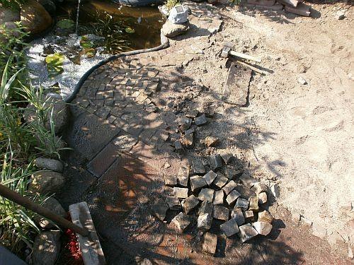 Mit kleinen Wegesteinen wurde die vordere Teichkante gepflastert
