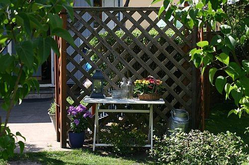 Fertig montiert kam noch ein 50er Jahre Gartentisch im Shabby-Style dazu ...