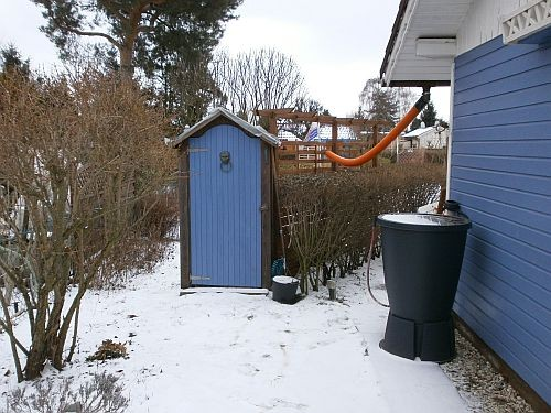 Die Drainagerohre leiten das Dachrinnen-Wasser in den Garten