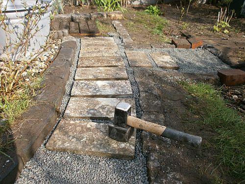 Darauf werden die Wegeplatten schwimmend verlegt
