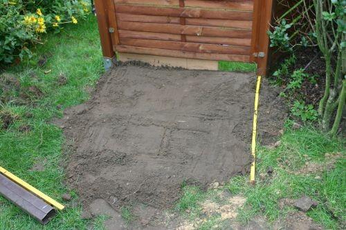 Der Boden für die Steinplatten als Unterboden des Gerätehäuschens