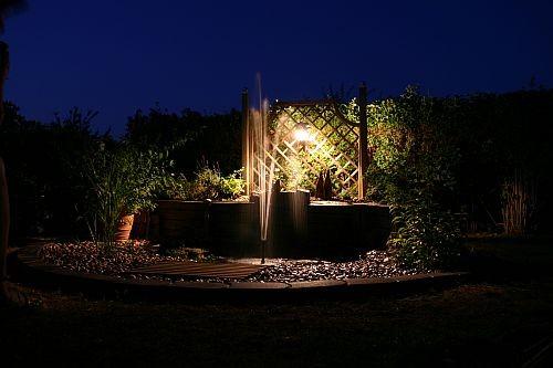Bei Nacht illuminiert ist der Teich besonders schön
