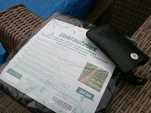 Das Unkrautvlies soll das durchwachsen von Rasen etc. verhindern