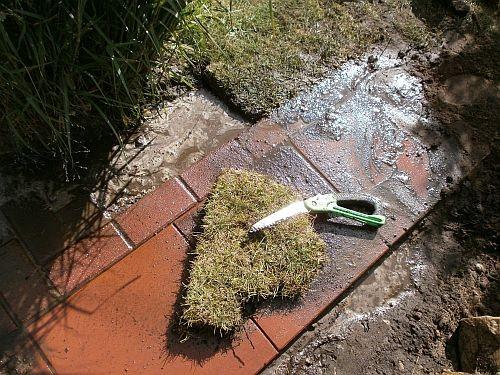 Die rechte Seitenpartie des neuen Weges wurde mit Grasnarben aufgefüllt