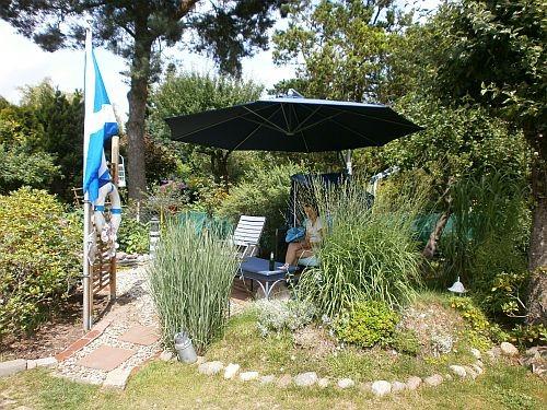 Ein blauer Ampelschirm sorgt für den nötigen Sonnenschutz