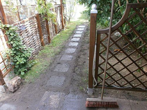Der zukünftige Laubengang bekam ein paar kleine Steinplatten als Weg