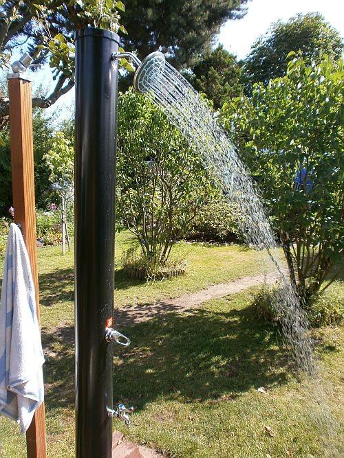 Das Wasser erwärmt sich bei Sonneneinwirkung auf die schwarze Säule in der selbigen