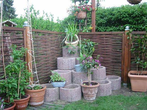 Im Mai 2011 kam noch eine Bepflanzungsecke aus Pflanzsteinen auf die Terrasse